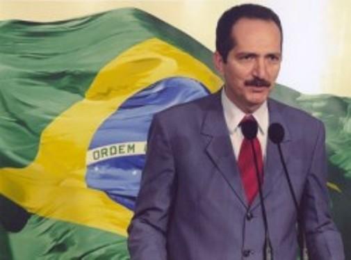 Aldo Rebelo_in_front_of_Brazilian_flag