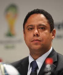 Orlando Silva_in_front_of_Brazil_2014_logo