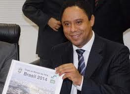 Orlando Silva_with_Brazilian_newspaper
