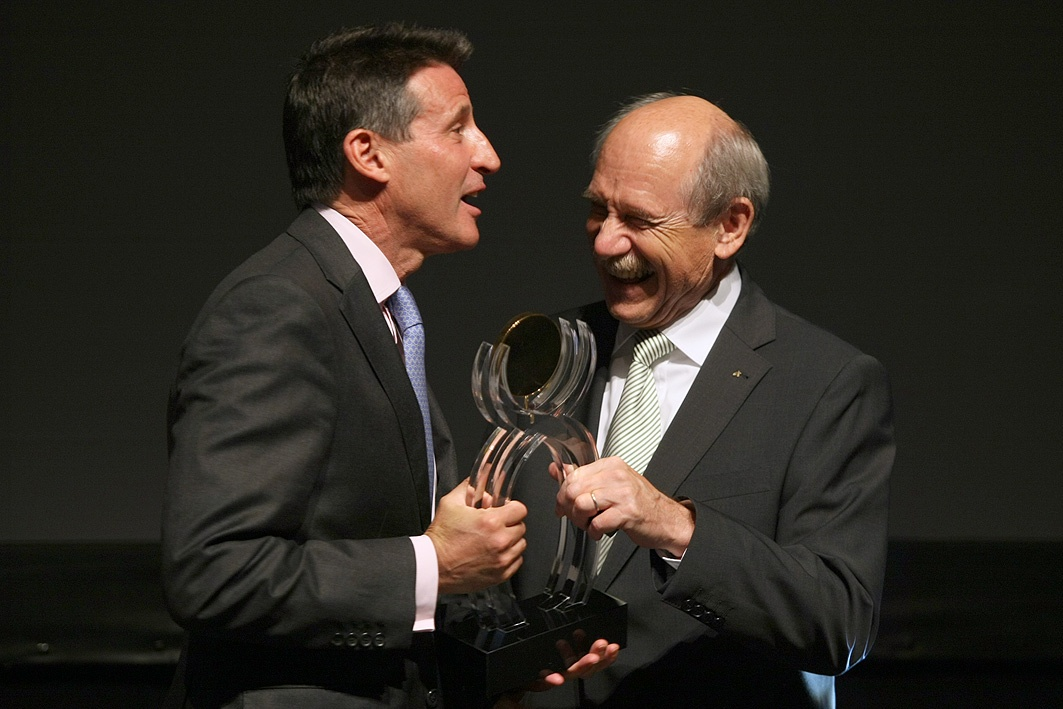 Sebastian Coe_receiving_Mo_Farah_European_Athlete_of_the_Year_award_October_15_2011