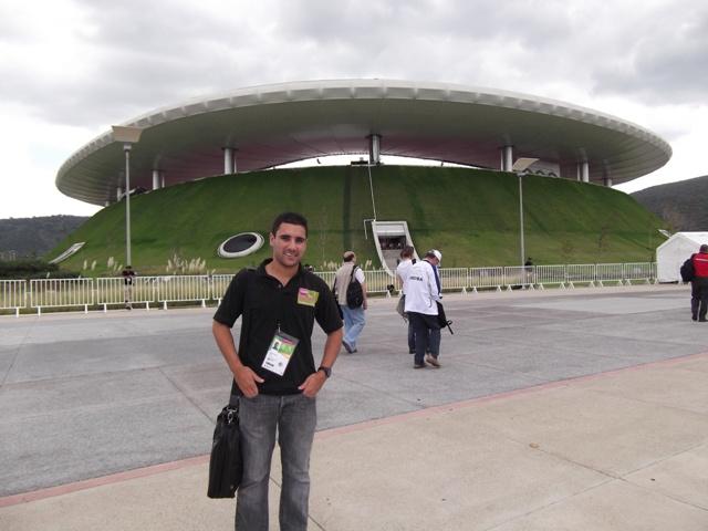 Tom Degun_in_Guadjalara_outside_stadium_October_2011