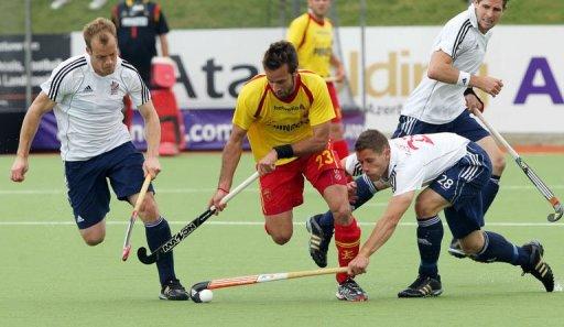 Spains David_Alegre_C_and_Britains_Mark_Pearn_L_and_Mark_Gleghorne_06-12-11