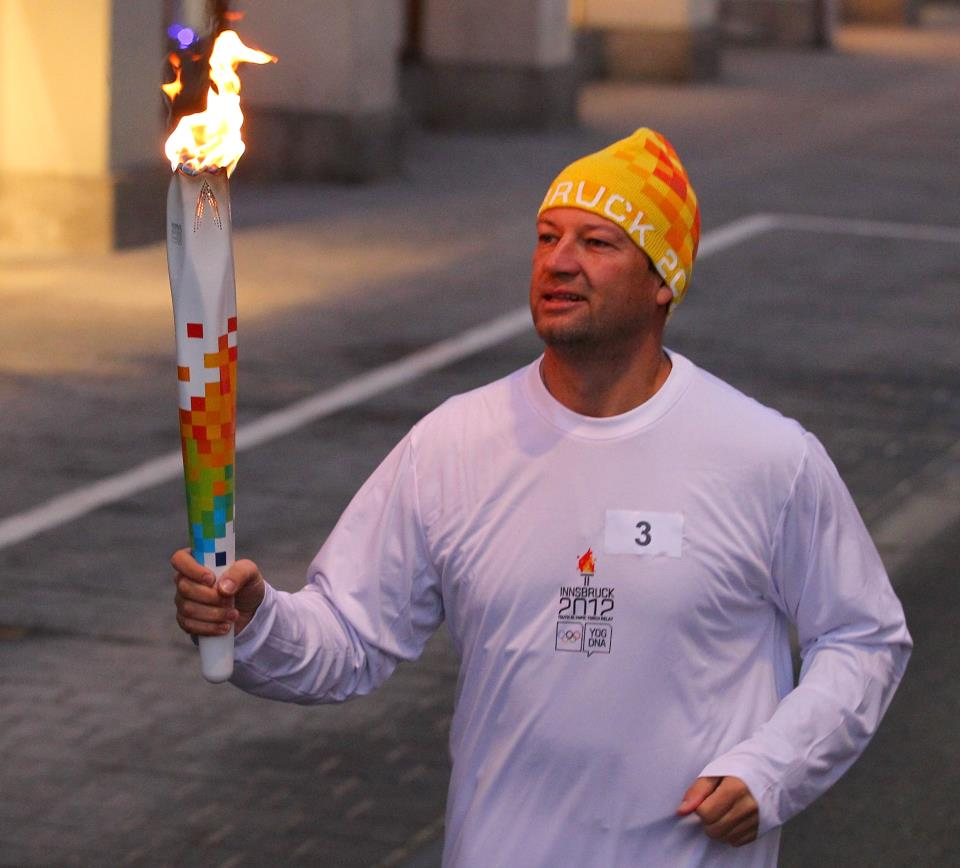 Stephan Eberhater_carrying_Olympic_Torch_Innsbruck_December_27_2011