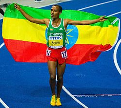 Kenenisa Bekele_with_Ethiopian_flag