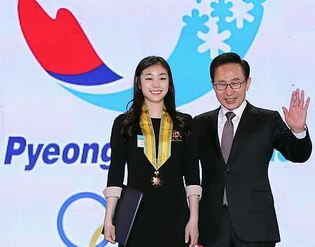 Kim Yu-Na_with_President_Lee_Pyeongchang_January_17_2012