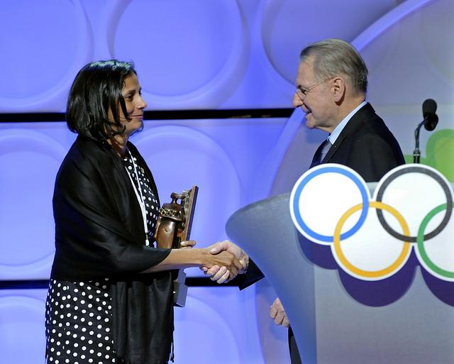 Jacques Rogge_gives_award_to_Manisha_Malhotra_Los_Angeles_February_16_2012