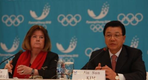 Gunilla Lindberg_with_President_Kim_Pyeongchang_March_22_2012