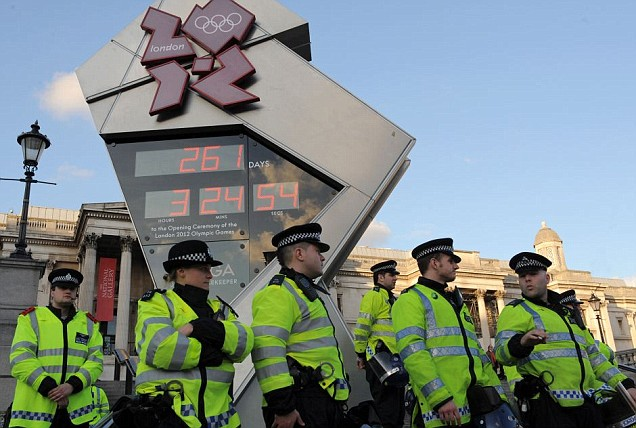 London 2012_clock_guarded_by_police