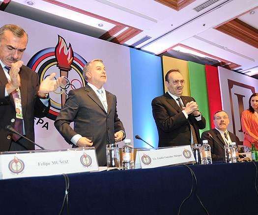 Mario Vazquez_Rana_leading_applause_at_PASO_meeting_Mexico_City_March_7_2012