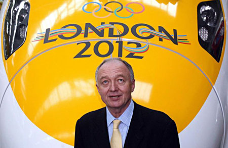 Ken Livingstone_in_front_of_javelin_train