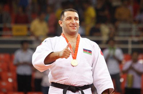 Ilham Zakiyev_celebrates_gold_medal_Beijing_2008