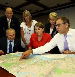 Mark Stockwell_with_Anna_Bligh_inspecting_Gold_Coast_2018_plans