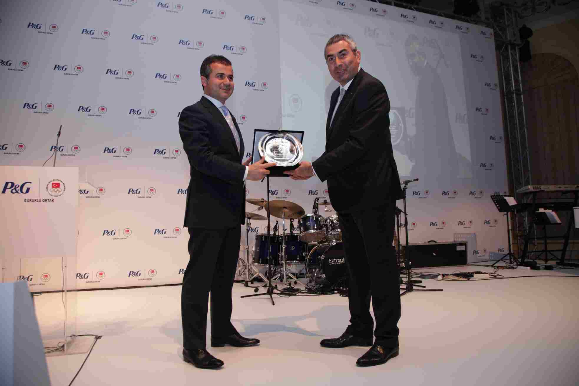 Ugur Erdener_presents_Suat_Kl_with_a_plate_thanking_him_for_his_support_of_the_NOC_and_the_Istanbul_2020_bid_May_9_2012