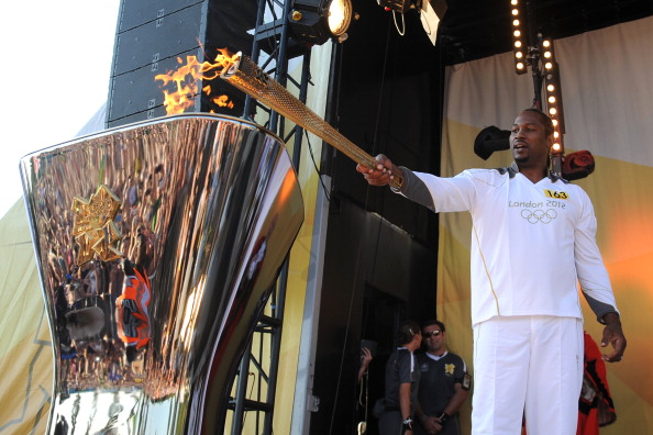 Lennox Lewis_lights_the_cauldron_at_the_end_of_Day_65_of_the_London_2012_Olympic_Torch_Relay