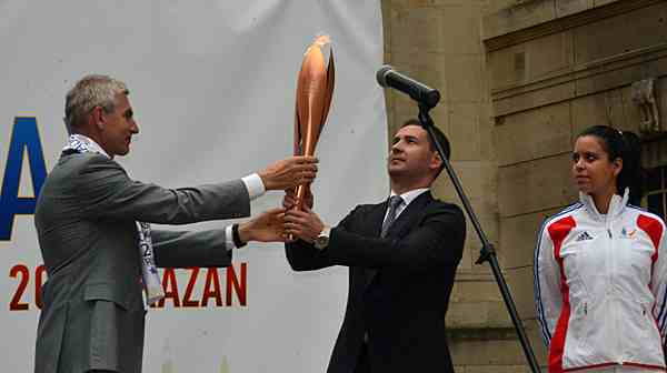 Kazan flame_is_handed_to_V_Leonov_August_18