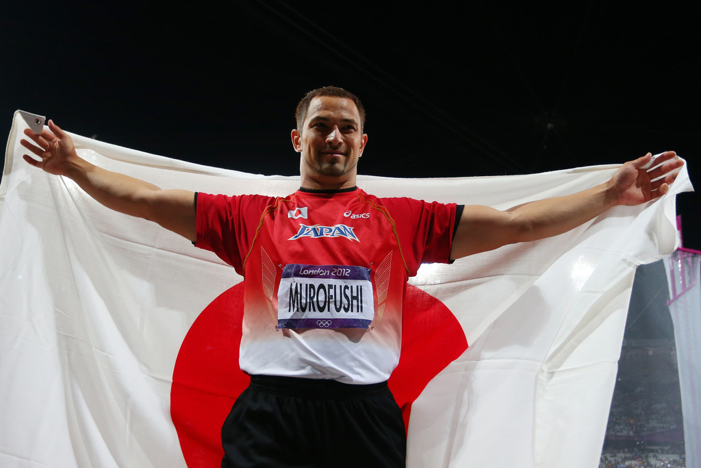 Koji Murofushi_with_Japanese_flag