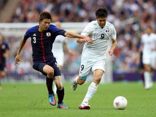 Takahiro Ohgihara_of_Japan_battles_with_Oribe_Peralta_of_Mexico_during_the_Mens_Football_Semi_Final_match_between_Mexico_and_Japan