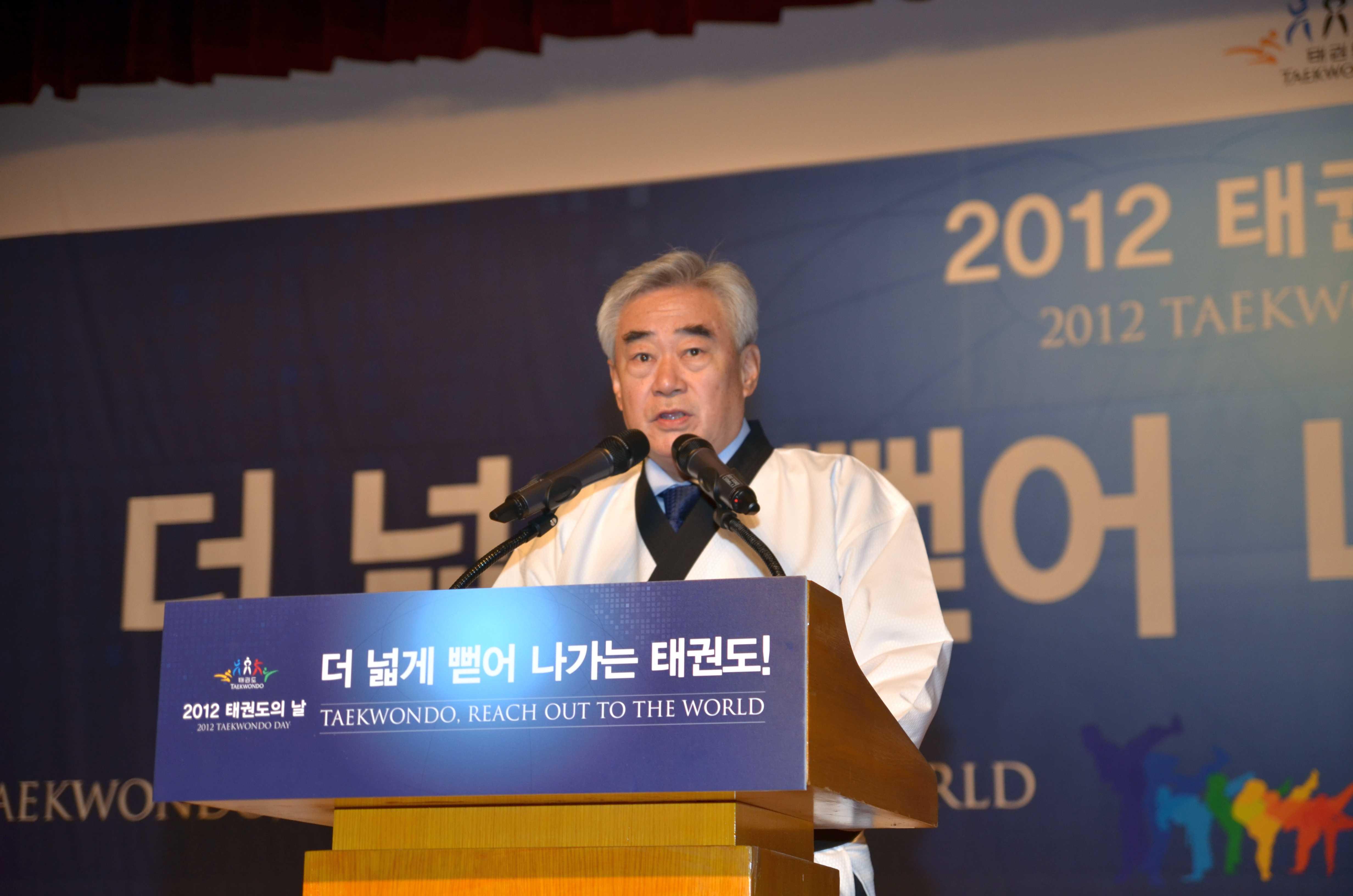 Chungwon Choue_giving_speech_September_2012