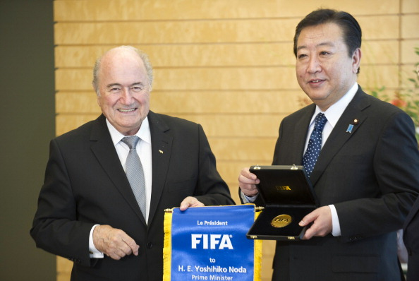 Joseph Blatter_presents_a_FIFA_medal_and_banner_to_Japanese_Prime_Minister_Yoshihiko_Noda