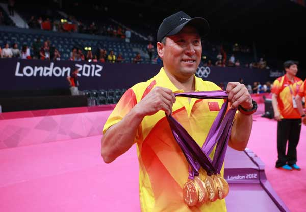 Li Yongbo_with_the_five_gold_medals_his_team_won_at_London_2012