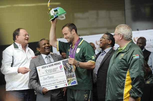 Oscar Pistorius_greeted_at_airport_on_way_back_from_London_2012_Paralympics