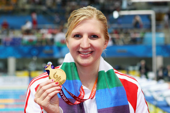 Rebecca Adlington_poses_with_her_Delhi_2010_400_metres_freestyle_gold_medal