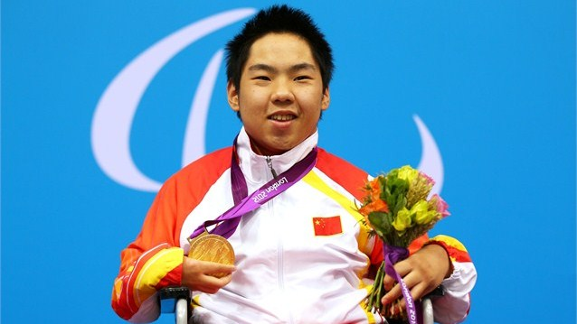 Yang Yang_shows_his_gold_medal_during_the_Victory_Ceremony_for_the_mens_50m_Backstroke_-_S2