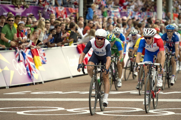 Mark Cavendish_of_Britain__the_peleton_cross_the_finishing_line_of_the_mens_road_race_cycling