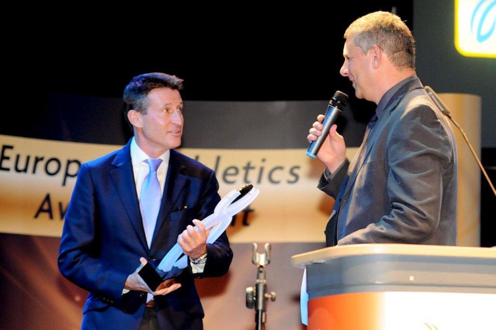 Sebastian Coe_recieves_Mo_Farahs_European_Athlete_of_the_Year_Award