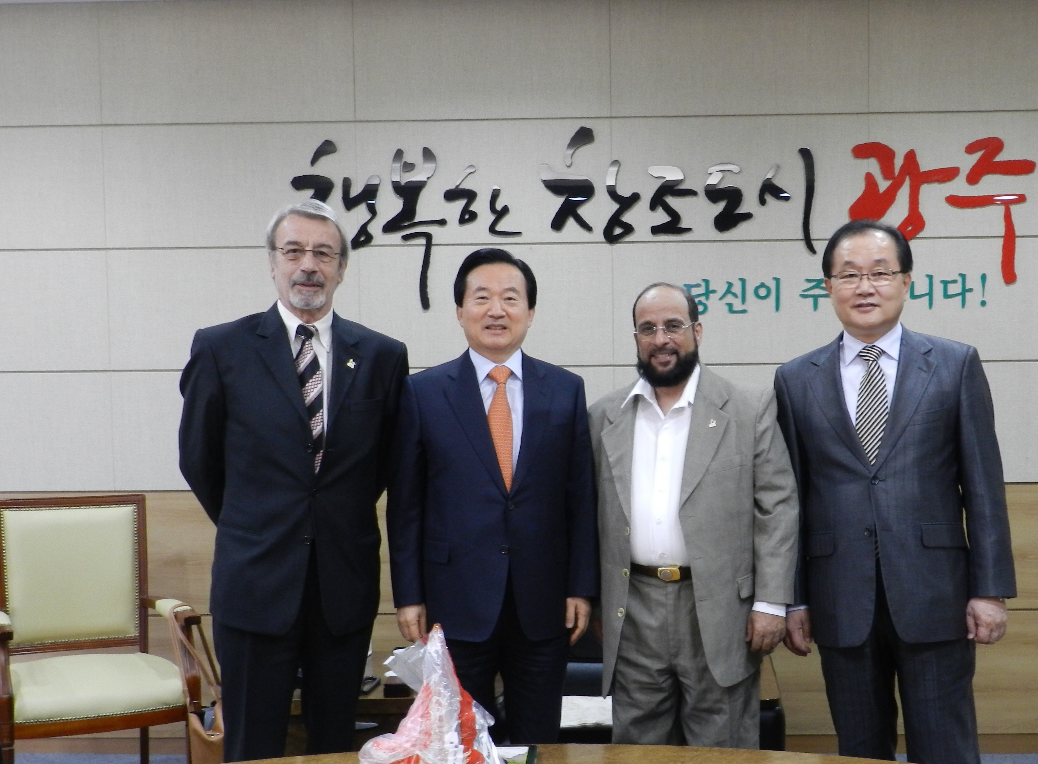 AIPS reporters with Mayor Kang and Secretary General Kim