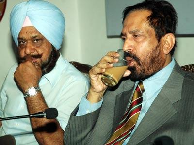 Randhir Singh sat next to Suresh Kalmadi