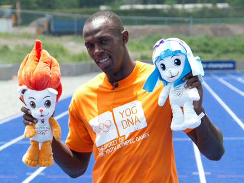 Usain Bolt with Singapore 2010 mascots