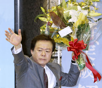 Naoki Inose celebrating being elected as Tokyo Governor