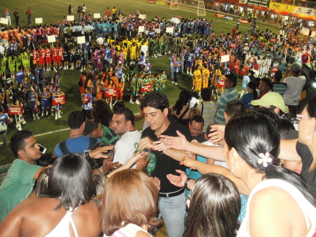 Juan Camilo Quintero distributes Medellín 2018 Youth Olympic Games bracelets to the young participants at the Opening Ceremony of the 2013 Festival of Festivals1