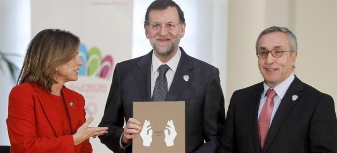 Mariano Rajoy with Madrid 2020 candidature file