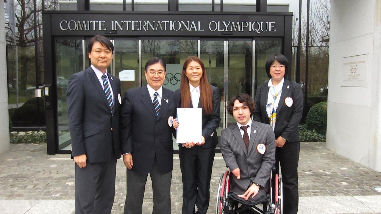 Tokyo 2020 present bid book to IOC January 2013