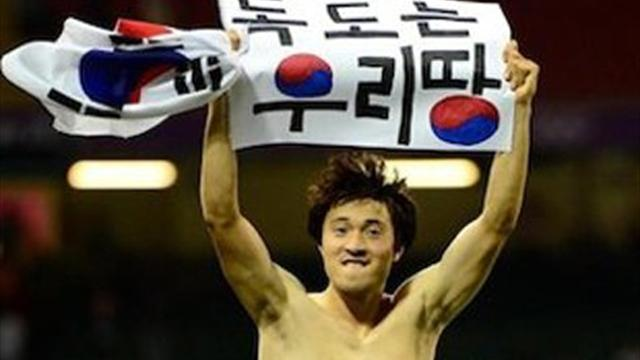 Park Jong-woo with banner