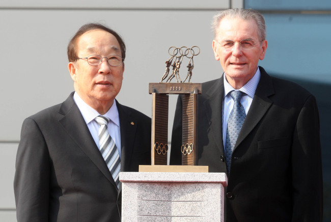 Park Yong-sung with Jacques Rogge February 2013