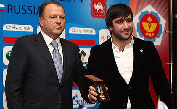 Marius Vizer presents medal to Mansur Isaev