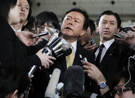 Naoki Inose mobbed by Japanese journalists April 30 2013