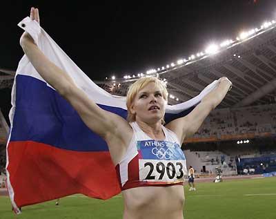 Olga Kuzenkova with Russian flag Athens 2004
