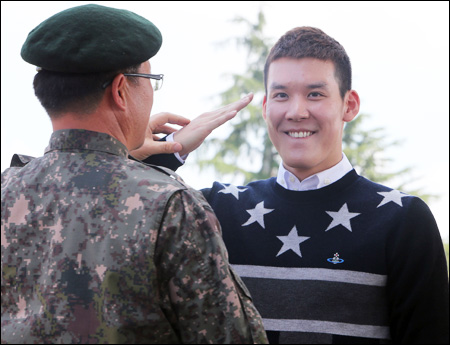 Park Tae-hwa reports for military service October 2012