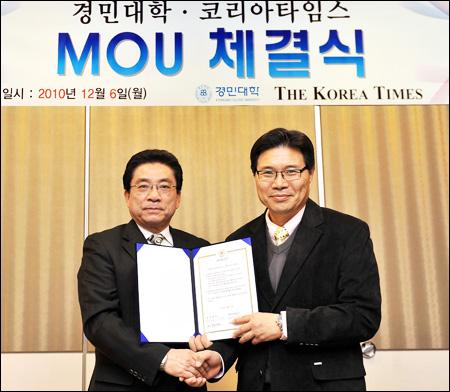 Hong Moon-jong at signing ceremony