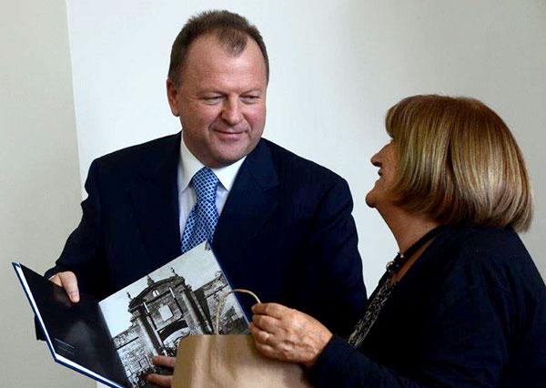 Marius Vizer receiving gift