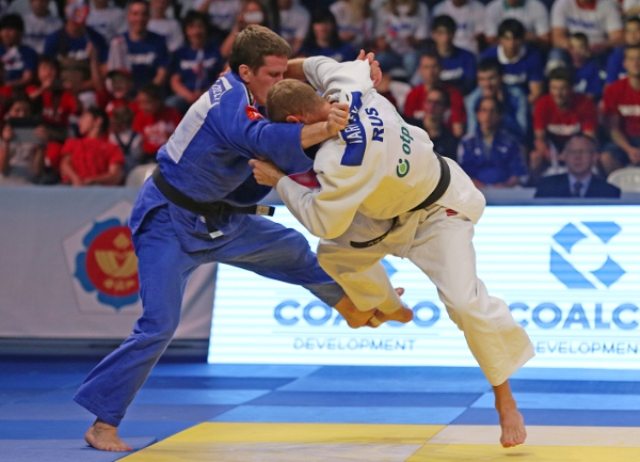 Belgiums Dirk Van Tichelt blue defeated home favourite Denis Iartcev which did not please the Moscow crowd