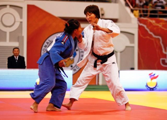 Urantsetseg Munkhbat battles with compatriot Otgontsetseg Galbadrakh in the first of three all-Mongolian finals in Ulaanbaatar