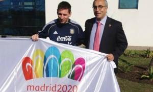 Lionel Messi poses with Madird 2020 flag, alongside bid leader Alejandro Blanco