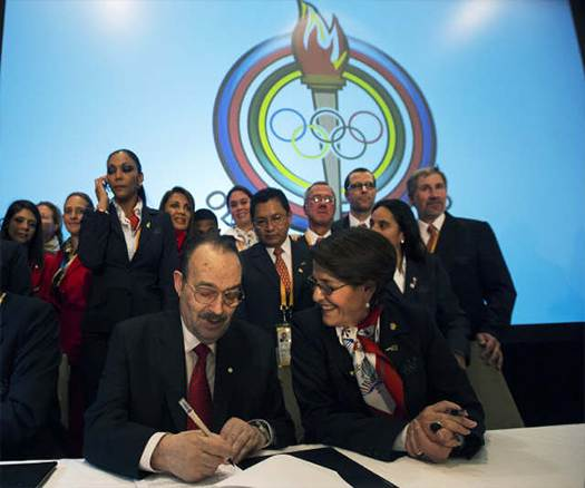 PASO President Mario Vázquez Raña and Lima Mayor Susana Villarán sign the host city contract after the Peruvian city was awarded the 2019 Pan American and Parapan Games