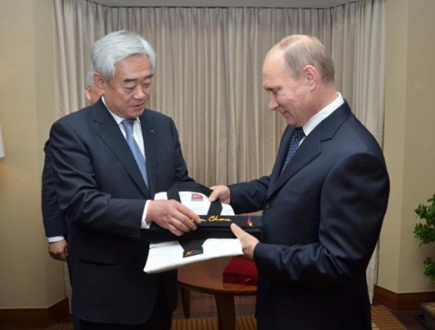 Russian President Vladimir Putin being awarded with his honorary black belt by Chungwon Choue © World Taekwondo Federation