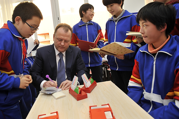 SportAccord President Marius Vizer today led a delegation from the World Mind Games to a school in Beijing ©SportAccord